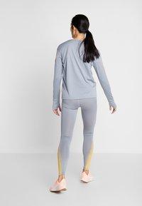 Nike Performance - FAST RUNWAY - Medias - particle grey/laser orange - 2