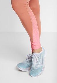 Nike Performance - FAST RUNWAY - Collants - terra blush/digital pink - 3
