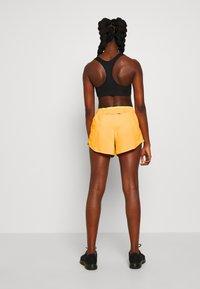 Nike Performance - TEMPO SHORT  - Pantalón corto de deporte - laser orange/topaz gold/reflective silver - 2