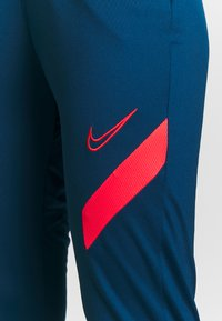 Nike Performance - DRY ACADEMY PANT - Joggebukse - valerian blue/laser crimson - 6