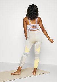 Nike Performance - SEAMLESS SCULPT 7/8 - Legging - pale ivory/shimmer - 2