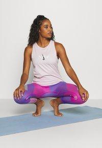 Nike Performance - SEAMLESS SCULPT 7/8 - Legging - fire pink/sapphire - 1