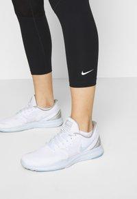 Nike Performance - CROP - Trikoot - black/white - 3
