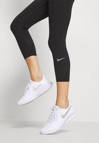 Nike Performance - EPIC CROP - Urheilucaprit - black/reflective silver - 4