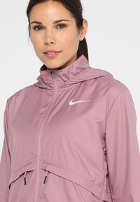 Nike Performance - Kurtka do biegania - plum dust/reflective silv - 10