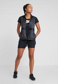 Nike Performance - Veste sans manches - black/reflective silver - 1