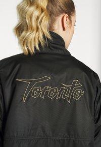 Nike Performance - TORONTO RAPTORS CITY EDITION WOMENS SNAP JACKET - Treningsjakke - black /black /club gold - 7