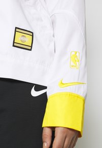 Nike Performance - NBA LOS ANGELES LAKERS CITY EDITION WOMENS SNAP JACKET - Klubbklær - amarillo/white - 3