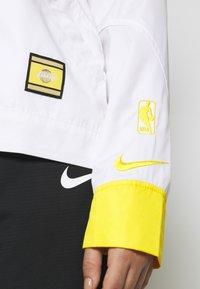 Nike Performance - NBA LOS ANGELES LAKERS CITY EDITION WOMENS SNAP JACKET - Pelipaita - amarillo/white - 3