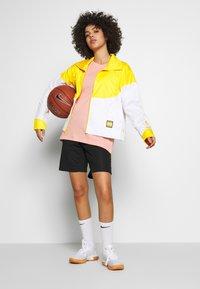 Nike Performance - NBA LOS ANGELES LAKERS CITY EDITION WOMENS SNAP JACKET - Pelipaita - amarillo/white - 1