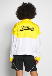 Nike Performance - NBA LOS ANGELES LAKERS CITY EDITION WOMENS SNAP JACKET - Pelipaita - amarillo/white - 2