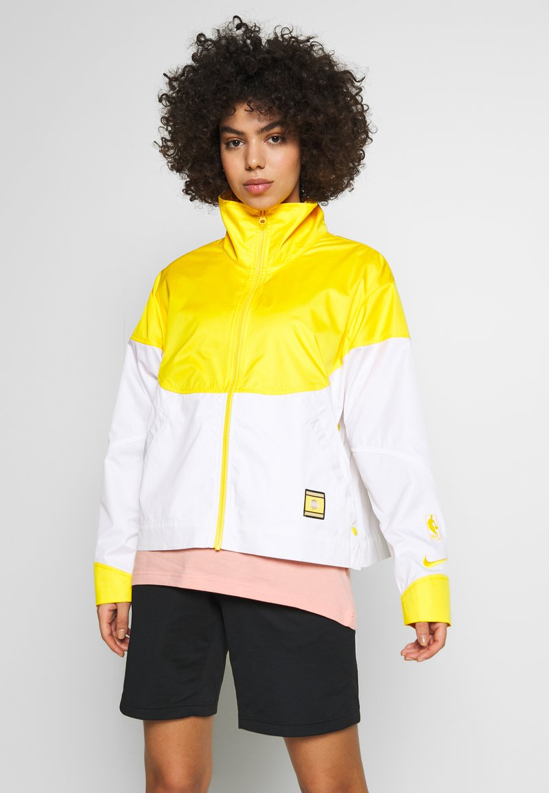Nike Performance - NBA LOS ANGELES LAKERS CITY EDITION WOMENS SNAP JACKET - Klubbklær - amarillo/white