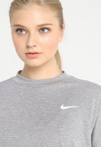 Nike Performance - THERMASPHERE CREW 2.0 - Sweatshirts - gunsmoke/heather/silver - 7
