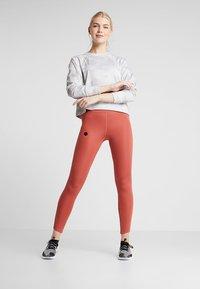 Nike Performance - REBEL ALL IN - Collegepaita - wolf grey/white - 1
