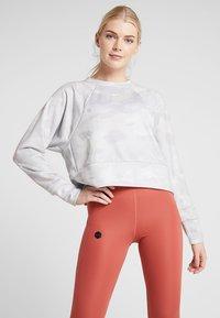 Nike Performance - REBEL ALL IN - Collegepaita - wolf grey/white - 0