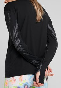 Nike Performance - T-shirt sportiva - black/reflective silver - 5