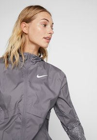 Nike Performance - Veste de running - gunsmoke/white