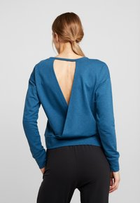 Nike Performance - YOGA WRAP COVERUP - Sudadera - valerian blue/industrial blue - 2