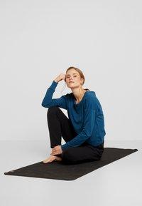 Nike Performance - YOGA WRAP COVERUP - Felpa - valerian blue/industrial blue - 1