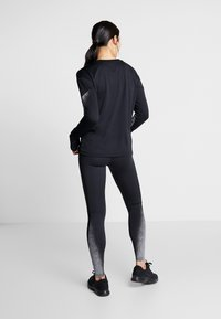 Nike Performance - MIDLAYER RUNWAY - Funktionsshirt - black/silver