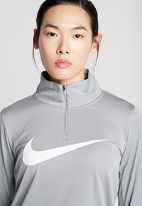 Nike Performance - MIDLAYER RUN - Sports shirt - particle grey/white - 3