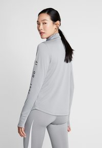 Nike Performance - MIDLAYER RUN - Sportshirt - particle grey/white - 0