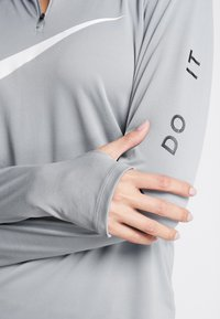 Nike Performance - MIDLAYER RUN - Sports shirt - particle grey/white - 5