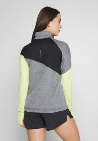 Nike Performance - MIDLAYER - Camiseta de deporte - smoke grey/limelight/black/reflective silver - 2