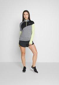 Nike Performance - MIDLAYER - Camiseta de deporte - smoke grey/limelight/black/reflective silver - 1