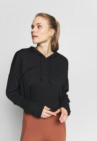 Nike Performance - YOGA LUXE CROP HOODIE - Jersey con capucha - black - 0