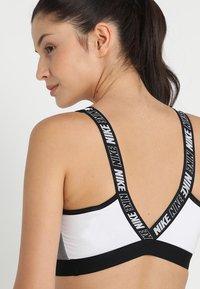 Nike Performance - ICON CLASH CLASSIC BRA MEDIUM SUPPORT - Sports bra - white/carbon heather/black - 3