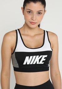 Nike Performance - ICON CLASH CLASSIC BRA MEDIUM SUPPORT - Sports bra - white/carbon heather/black - 5