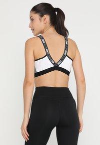 Nike Performance - ICON CLASH CLASSIC BRA MEDIUM SUPPORT - Sports bra - white/carbon heather/black - 2