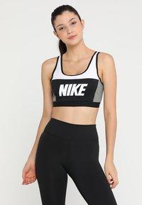 Nike Performance - ICON CLASH CLASSIC BRA MEDIUM SUPPORT - Sports bra - white/carbon heather/black - 0