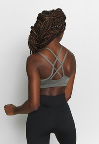 Nike Performance - FAVORITES STRAPPY BRA - Urheiluliivit - carbon heather/black - 2