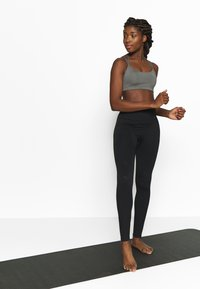 Nike Performance - FAVORITES STRAPPY BRA - Urheiluliivit - carbon heather/black - 1