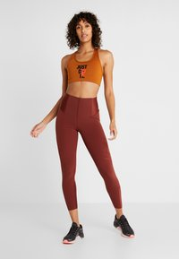Nike Performance - Reggiseno sportivo - burnt sienna/black - 1