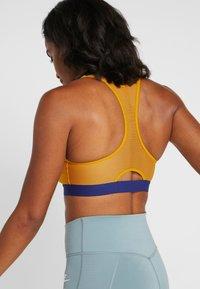 Nike Performance - MOTION ADAPT BRA - Sport-bh - gold suede/deep royal blue - 2