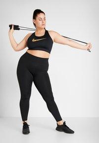 Nike Performance - PLUS BRA  - Sportovní podprsenka - black/metallic gold - 1