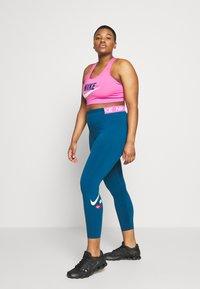 Nike Performance - PLUS SIZE BRA - Biustonosz sportowy - cosmic fuchsia/valerian blue/white - 1