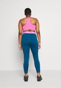 Nike Performance - PLUS SIZE BRA - Biustonosz sportowy - cosmic fuchsia/valerian blue/white - 2
