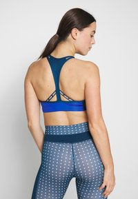 Nike Performance - NIKE MED PAD LOGO BRA - Sujetador deportivo - game royal/valerian blue/black - 2