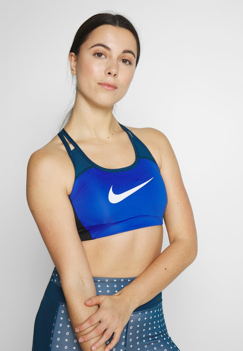 Nike Performance - NIKE MED PAD LOGO BRA - Sujetador deportivo - game royal/valerian blue/black