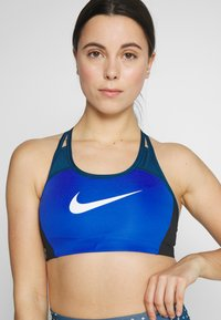Nike Performance - NIKE MED PAD LOGO BRA - Sujetador deportivo - game royal/valerian blue/black - 3