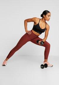 Nike Performance - INDY SEAMLESS - Sport BH - black/dark smoke grey - 1