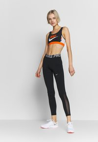 Nike Performance - MED PAD BRA - Sujetador deportivo - black/safety orange/vast grey/white