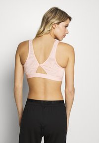 Nike Performance - FAVORITES NOVELTY BRA - Sujetador deportivo - coral