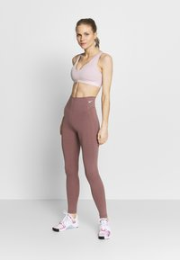 Nike Performance - FAVORITES NOVELTY BRA - Sports bra - plum chalk/barely rose - 1