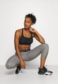 Nike Performance - ALPHA BRA - Biustonosz sportowy - black/white - 1