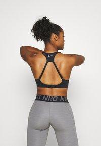 Nike Performance - ALPHA BRA - Biustonosz sportowy - black/white - 2